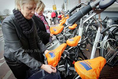 """Vrijetijdsmarkt voor senioren. """"Bij het Ouderenwerk Delft zit u goed"""" - DELF 3 NOVEMBER 2009 - FOTO NICO SCHOUTEN"""