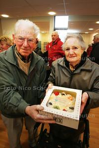 Stichting Rondom Mantelzorg trakteert honderden mantelzorgers op een taart die aan hen wordt overhandigd in Activiteitencentrum Bijdorp - DEN HAAG 11 NOVEMBER 2009 - FOTO NICO SCHOUTEN