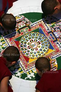 nonnen uit nepal maken in het museon een zandmandala - DEN HAAG 5 NOVEMBER 2009 - FOTO  NICO SCHOUTEN