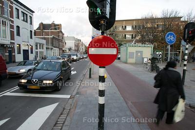 Elandstraat weer open. Op de eerste officiele dag dat de Elandstraat weer open en éénrichtingsverkeer is moeten de automobilisten in de spits als van ouds weer veel geduld hebben om het kruispunt met de Vondelstraat/Zoutmanstraat te passeren. Als straks de doorgang bij de Veenkade ook afgesloten wordt ivm het VCP zal het hier nog veel drukker worden - DEN HAAG 2 NOVEMBER 2009 - FOTO NICO SCHOUTEN