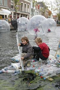 Spectaculair zelfgemaakt vlot op de eerste Delftse Waterdag - DELFT 3 OKTOBER 2009 - FOTO NICO SCHOUTEN
