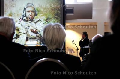 oorlogsgravenstichting beheert wereldwijd de 180.000 graven van nederlandse oorlogsslachtoffers. 15 nabestaandern hebben hun verhaal op een speciale website voor jongeren gezet om de gedachte aan de oorlogsgruwels levend te houden. website www.eenlevenverloren.nl is voor jongeren tussen `12-18 jaar. Op de foto: Eén van de filmpjes gaat over Dave Steensmag - DEN HAAG 16 OKTOBER 2009 - FOTO NICO SCHOUTEN