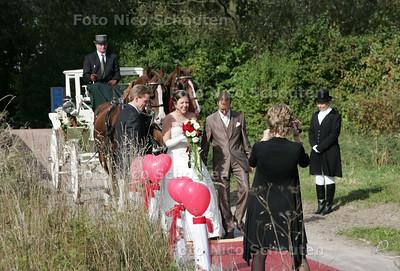 huwelijks tafereel in Westerpark; Een niet alledaags tafereel in het westerpark. Maurice Foekema en strid Krause vieren hun trouwdag in de open natuur - ZOETERMEER 9 OKTOBER 2009 - FOTO NICO SCHOUTEN