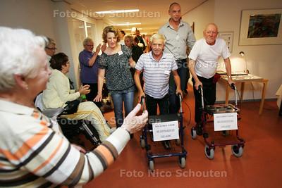 Meneer Paape(l) en Perquin leggen ondanks hun protheses en leeftijd 100 meter sponsorloop af in verpleeghuis Monteverdi - ZOETERMEER 6 OKTOBER 2009 - FOTO NICO SCHOUTEN