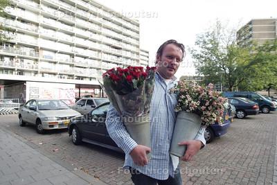 Reinier de bloemenman met twee emmertjes bloemen op de plek waar hij een nieuwe winkel wilde bouwen maar dat mag niet van de gemeente - DEN HAAG 1 OKTOBER 2009 - FOTO NICO SCHOUTEN