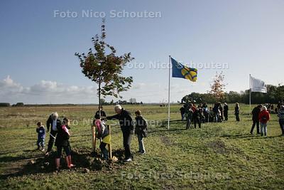 boomplantdag in bentwoud. kinderen plaatsen bomen - BENTHUIZEN 17 OKTOBER 2009 - FOTO NICO SCHOUTEN
