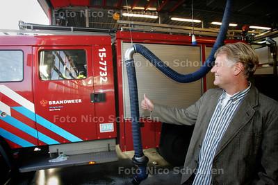 waterpolocoach Ron van der Harst groet in de brandweerkazerne zijn uitrukende waterpolo teammaten - DEN HAAG 14 OKTOBER 2009 - FOTO NICO SCHOUTEN