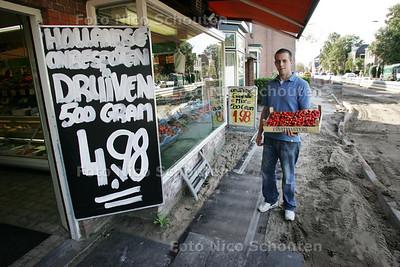 groenteboer Vertelman in Voorschoten, die in zijn zaak aan de Leidseweg niks verkoopt - VOORSCHOTEN 9 OKTOBER 2009 - FOTO NICO SCHOUTEN