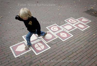 Kunstwerken 'Speelspoor'; hinkelbanen op het Schoolplein; dorpstraat - ZOETERMEER 16 OKTOBER 2009 - FOTO NICO SCHOUTEN
