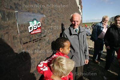 Eerste steenlegging voetbalvereniging DSO - ZOETERMEER 14 OKTOBER 2009 - FOTO NICO SCHOUTEN