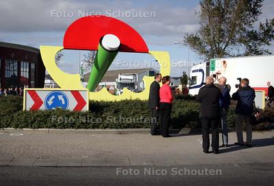 onthulling van een kunstwerk op de rotonde van de Arckelweg - POELDIJK 12 OKTOBER 2009 - FOTO NICO SCHOUTEN