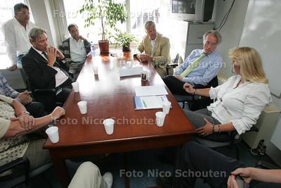 Burgemeester Van Aartsen op gesprek bij de Haagse Markt - DEN HAAG 7 SEPTEMBER 2009 - FOTO NICO SCHOUTEN