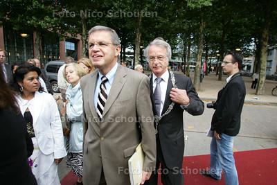 Opening van het Veiligheidshuis. Min Hirsch Ballin en burgemeester van Aartsen betreden de feesttent - DEN HAAG 9 SEPTEMBER 2009 - FOTO NICO SCHOUTEN