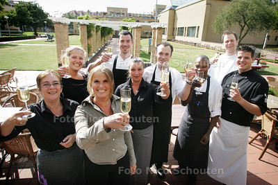 Het personeel van winnaar Terrassentrofee HC. Brasserie Berlage aan de champagne - DEN HAAG 4 SEPTEMBER 2009 - FOTO NICO SCHOUTEN