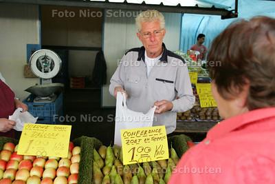meneer pragt verkoopt al vijftig jaar appelen op de markt. hij wordt dan ook de appelman genoemd - DEN HAAG 11 SEPTEMBER 2009 - FOTO NICO SCHOUTEN