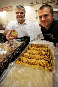 De leider van bakkerij Aad de Groot - Dennis Kok (R) en bedenker(l) - met winnend koekje  Strandwalletje -  RIJSWIJK 11 SEPTEMBER 2009 - FOTO NICO SCHOUTEN