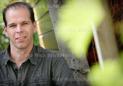 CDA-raadslid Remco Duijvestijn. Verhaal gaat over de tijgermug en wellicht ook de boktor - WATERINGEN 5 SEPTEMBER 2009 - FOTO NICO SCHOUTEN