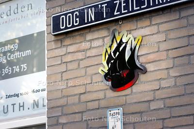 Mysterieuze kunst - Door heel Den Haag zijn vaak op onopvallende plekken kunstwerkjes opgehangen. Ook  op de oog in't zeilstraat in de binnenstad hangt een exemplaar. Wie de driemastertjes heeft gemaakt en opgehangen is alsnog een mysterie - DEN HAAG 12 SEPTEMBER 2009 - FOTO NICO SCHOUTEN