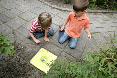 Buurtkinderen bij nieuwe knikkerpot in de wijk Bijdorp - VOORSCHOTEN 2 SEPTEMBER 2009 - FOTO NICO SCHOUTEN