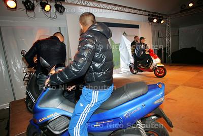 Rappers op scooters op het podium bij de opening van het Veiligheidshuis - DEN HAAG 9 SEPETMBER 2009 - FOTO NICO SCHOUTEN