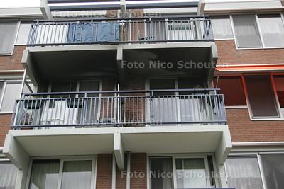 uitgebrand balkon en huis (???) balkon rechts onder- ZOETERMEER 1 SEPTEMBER 2009 - FOTO NICO SCHOUTEN