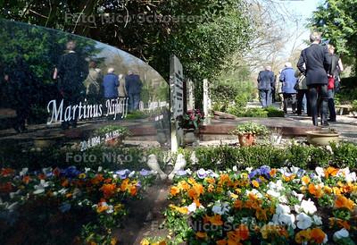 Onthulling monumentje op graf Martinus Nijhoff op begraafplaats westduin - DEN HAAG 17 APRIL 2010 - FOTO NICO SCHOUTEN