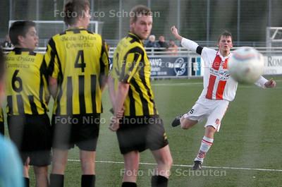 voetbal: svc'08-monster - deze vrije trap van Jefrey vd Meer belandt in de handen van de doelman -  WASSENAAR 13 APRIL 2010 - FOTO NICO SCHOUTEN