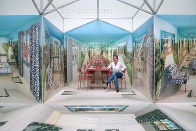 kunstenares Lisette Huizenga en haar mega-installatie in Pulchri - DEN HAAG 9 APRIL 2010 - FOTO NICO SCHOUTEN