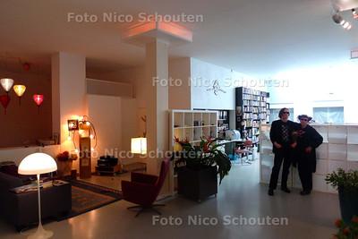 WONEN 2 - twee kunstenaars, Hans Pronk en Petra van de Meijden die in het verbouwde postkantoor in het Bezuidenhout wonen - DEN HAAG 3 APRIL 2010 - FOTO NICO SCHOUTEN
