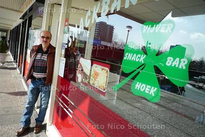 Bezwaar tegen nog een pizzeria - De heer C. Aliyazicioglu bij zijn snackbar/pizzeria de Vijverhoek - De buurman heeft straks precies het zelfde assortiment ik... - ZOETERMEER 17 APRIL - FOTO NICO SCHOUTEN