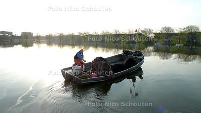 Zieke karpers vangen in de Floriadeplas - 's morgens vroeg op weg met het net om de karpers op te vissen - ZOETERMEER 7 APRIL 2010 - FOTO NICO SCHOUTEN