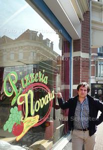 locatiemanager Tijn Heerkens van ID-tv bij pandje dat dienst doet als pizzeria voor de 'Haagse' film De Pizzamaffia die deze maand wordt opgenomen in de Van Bylandstraat - DEN HAAG 7APRIL 2010 - FOTO NICO SCHOUTEN