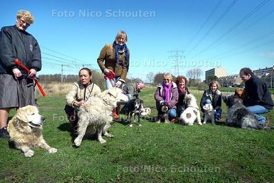 hondenbezitters van de Zijdesingel die actievoeren tegen gemeenteplannen voor een waterspoorpark in Leidschendam - LEIDSCHENDAM 10 APRIL 2010 - FOTO NICO SCHOUTEN