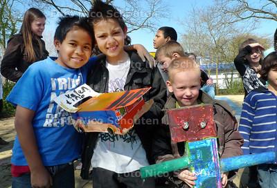 """Onder leiding van kunstenaar Gerart Kamphuis hebben de kinderen van de Watersnip """"kunst"""" gemaakt. Vandaag mochten ze deze showen op een catwalk het schoolplein - ZOETERMEER 6 APRIL 2010 - FFOTO NICO SCHOUTEN"""
