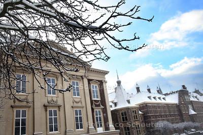 Sneeuw op het Binnenhof - Maurtisthuis - DEN HAAG 17 DECEMBER 2010 - FOTO NICO SCHOUTEN