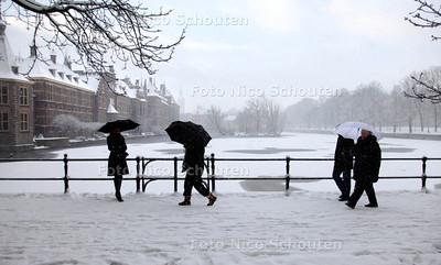 Sneeuw op het Binnenhof - Hofvijver - Russische toeristen kunnen wel tegen een sneeuwvlokje- DEN HAAG 17 DECEMBER 2010 - FOTO NICO SCHOUTEN