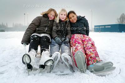 """Schaatsbaan Buytenpark. Even leek het erop dat de eerste dag op de schaatsbaan in de """"sneeuw"""" zou vallen. Het was dan ook niet druk op het ijs. Vera, Fleur en Cassie hadden dus lekker de ruimte op de baan. - ZOETERMEER 3 DECEMBER 2010 - FOTO NICO SCHOUTEN"""
