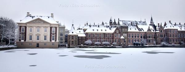 Sneeuw op het Binnenhof - Hofvijver - DEN HAAG 17 DECEMBER 2010 - FOTO NICO SCHOUTEN