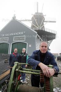 Vrijwillig molenaar Hans Brok van Molen de Salamander - LEIDSCHENDAM 7 DECEMBER 2010 - FOTO NICO SCHOUTEN