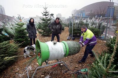 """Kerstboomhandel """"Stadshart"""" - Jeffry in actie - ZOETERMEER 6 DECEMBER 2010 - FOTO NICO SCHOUTEN"""