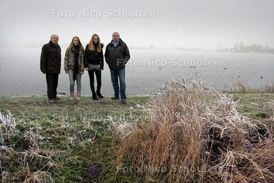 Tegenstanders van de horecaplannen voor de Noord Aa - vlnr Andries Riedijk, Louise Nijbakker, Merle Olvers en Tom Abel - ZOETERMEER 7 DECEMBER 2010 - FOTO NICO SCHOUTEN