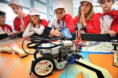 """Lego League op Hogeschool InHolland - Het """"Docter Heroes"""" team van de delftse Freinetschool kijkt gespannen naar de verrichtingen van hun robot - DELFT 11 DECEMBER 2010 - FOTO NICO SCHOUTEN"""