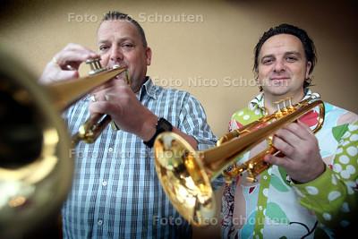 Ronald en Ton Arkesteijn met trompet - DEN HAAG 15 DECEMBER 2010 - FOTO NICO SCHOUTEN
