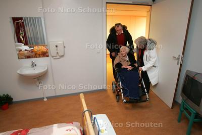 Iets van 130 oudjes van het Haagse verpleeghuis Preva verhuizen ivm nieuwbouw in Den Haag voor 2 jaar naar Zoetermeer - ZOETERMEER 7 DECEMBER 2010 - FOTO NICO SCHOUTEN