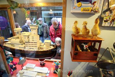 Het was best wel druk op de opendag op de nieuwe Bredeschool - Wijkcentrum Castellum in Palenstein - Kunstwerk in Atrium - ZOETERMEER 11 DECEMBER 2010 - FOTO NICO SCHOUTEN