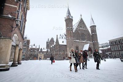 Binnenhof in de sneeuw - Ridderzaal - DEN HAAG 17 DECEMBER 2010 - FOTO NICO SCHOUTEN