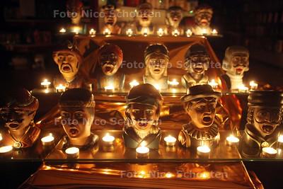 """Kaarsjesavond op de Dorpsstraat - Een hele verzameling """"gapers"""" bij drogisterij Dio de koning - ZOETERMEER 14 DECEMBER 2010 - FOTO NICO SCHOUTEN"""