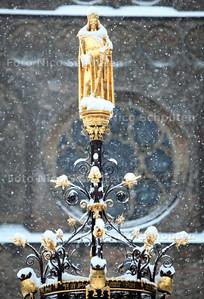 Sneeuw op het Binnenhof - De fontein - DEN HAAG 17 DECEMBER 2010 - FOTO NICO SCHOUTEN