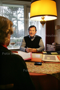 interview met Wilbert van Riemsdijk, de eigenaar van Bureau Terug naar Nu, en Mevr Schoemaker, een mevrouw die hij bijna een jaar lang heeft geholpen - DEN HAAG 8 DECEMBER 2010 - FOTO NICO SCHOUTEN