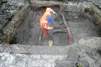 Stadsverwarming lek; Op de Hooftsekade was er een leiding van de stadsverwarming die naar het Johan de Witt college lek gegaan - DEN HAAG 2 FEBRUARI 2010 - FOTO NICO SCHOUTEN